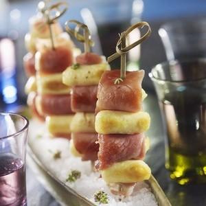 Brochettes de mini quenelles et jambon de Bayonne