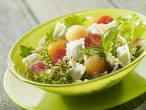 Salade de ravioles au basilic, jambon cru et melon
