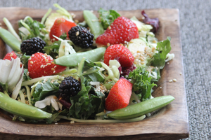 Salade d'été aux choux et pois sucrés