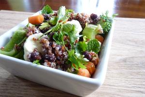 Salade de quinoa et petits légumes crus